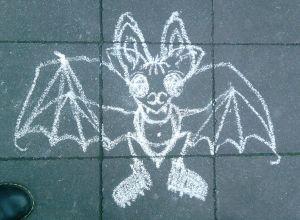 Fledermaus in Kreide auf Straßenpflaster