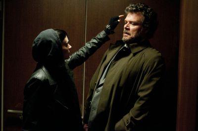 """Rooney Mara als """"Lisbeth Salander"""" und Yorick van Wageningen als """"Nils Bjurman"""" in Sony Pictures' VERBLENDUNG."""