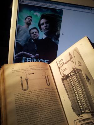 Altes Buch vor Bildschirm mit Fringe