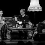 Lisa Hannigan und Charlotte Brandi von Me And My Drummer sitzen auf der Couch, dazwischen Gstgeber Tex