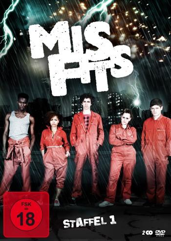 Das Cover der Misfits-DVD: Eine Gruppe Jugendlicher in orangefarbenen Overalls steht vor einer nächtlichen Stadt.