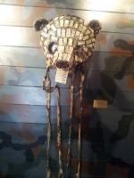 Kopf eines Riesenpandas aus Dominosteinen und Fetzen chinesischer Militäruniformen.