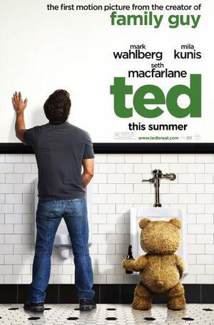 Filmplakat von Ted: Ein Mann und ein Teddybär sind von hinten zu sehen, die sich an Pissoirs erleichtern.