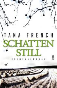 Das Cover von Tana Frenchs Buch Schattenstill zeigt ein abgeerntetes Feld mit kleinen Heuhaufen und den Silhouetten kleiner Zweige, die von oben ins Bild ragen