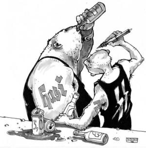 """Zwei grobschächtige Glatzköpfe trinken Bier. Der eine hat eine """"Hasi""""-Tätowierung  in deutscher Schrift  auf dem Arm, der andere zwei S-Runen auf seinem schwarzen Unterhemd."""