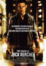 Filmplakat von Jack Reacher mit Tom Cruise: Ein schwarzhaariger Mann mit eine Lederjacke steht auf einer von Laternen beleuchteten nächtlichen Straße. Er schaut den Betrachter an. In seinem Gesicht ist eine blutige Schramme, in seiner rechten Hand eine Pistole.
