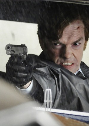 Hugo Weaving verzerrt als Bill Smoke sein Gesicht zu einer Maske der Wut. Mit einer Pistole in seiner rechten zielt er auf einen Punkt links vom Betrachter.