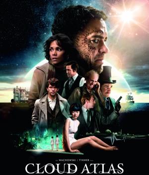 Das Filmplakat zu Cloud Atlas. 8 Schauspieler sind zu sehen, ganz groß ist Tom Hanks Kopf im Profil mittig zu sehen, links von ihm schaut Halle Berry in halbnaher Einstellung nach links. Sechs weitere Schauspieler sind unterhalb angeordnet. Der Hintergrund ist ein Sternenhimmel, links von der Gruppe ist die Silhouette eines Hauses, rechts die eines Segelschiffs.