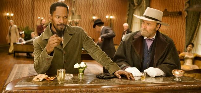 Eine elegante Bar Mitte des 19. Jahrhunderts. Ein Schwarzer raucht eine Zigarette, er blickt dabei halb gedankenverloren, halb entschlossen. Rechts von ihm sitzt ein Weißer mit Hut und Handschuhen, der seinen Nachbarn vorsichtig taxiert.