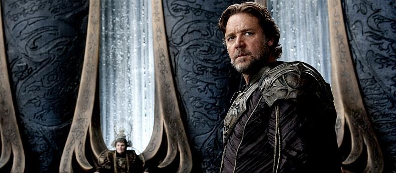 RUSSELL CROWE as Jor-El in Man of Steel. Ein bärtiger Mann mit braunen Haaren steht in einer futuristischen Kulisse. Er sieht besorgt aus.