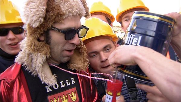 Matt bekommt sein Kölsch im Kölner Karneval aus dem tragbaren Bierfass.