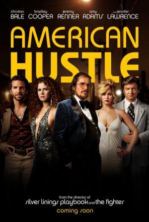 """Drei Männer, zwei Frauen im Stil der Siebziger unter dem Schriftzug """"American Hustle""""."""