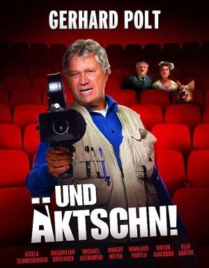 Plakat von ... und äktschn! Ein älterer Mann steht mit einer Kamera zwischen den Sitzreihen eines Kinosaals. Hinter ihm sitzen ein Mann mit Hitlerbart, eine Frau und ein Schäferhund.