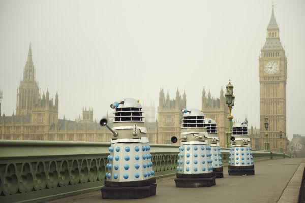 Daleks auf der Westminster Bridge, im Hintergrund der Tower