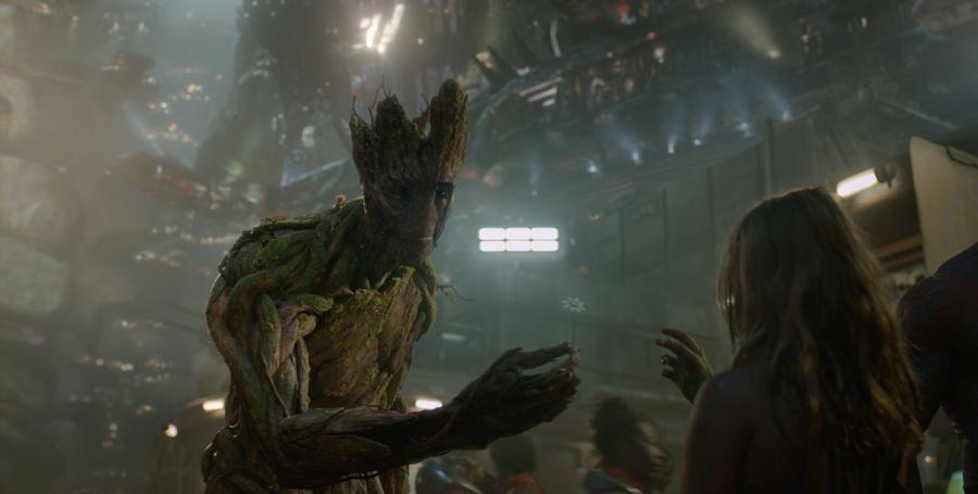 Der Baummensch Groot gibt einem kleinen Mädchen eine Blume