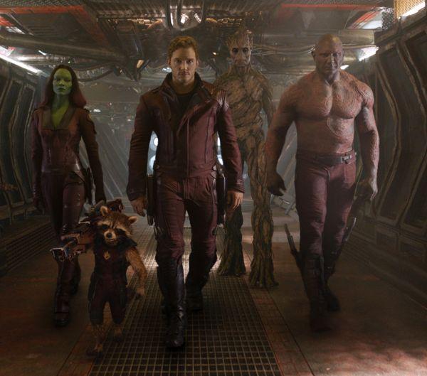 Die Guardians of the Galaxy: Gamora, eine grüne Frau, Rocket Racoon, ein anthropomorpher Waschbär, Star-Lord, ein blonder Typ, Groot, ein humanoider Baum, Drax, ein blauroter Hüne.