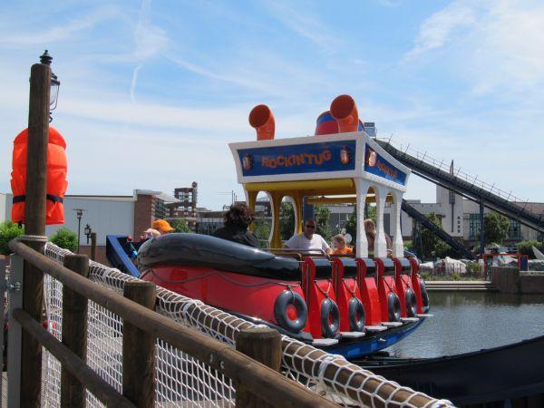 Foto aus dem Discovery Park in Oberhausen: Ein kleines Ausflugsboot auf einem Kanal - Die MS Seegang