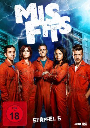 DVD-Cover von Misfits Staffel 5. 5 junge Menschen in orangefarbenen Overalls vor einer Plattenbausiedlung.