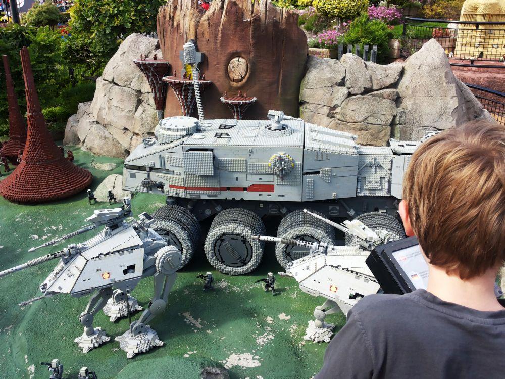 Star Wars-Fahrzeuge aus Lego in Billund, davor ein Junge.