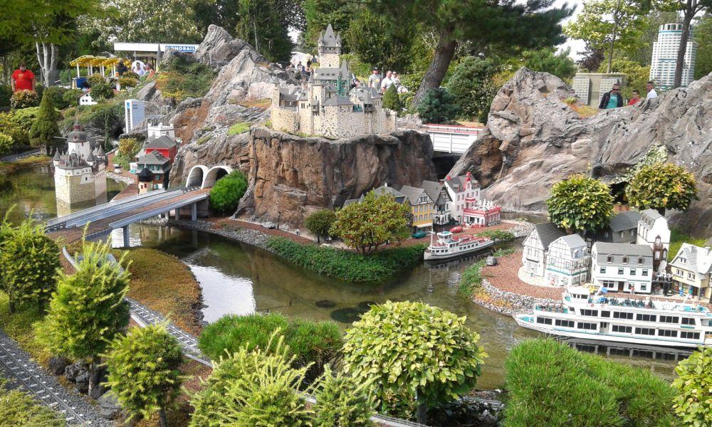 Eine Rheinlandschaft mit Lego-Booten und Lego-Burgen.