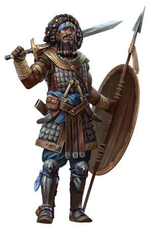 Ein Schwarzer in einem Schuppenpanzer. Er hält ein Schwert in der rechten Hand, links Speer und Schild. Seine schwarzen Dreadlocks sind mit Goldringen geschmückt.