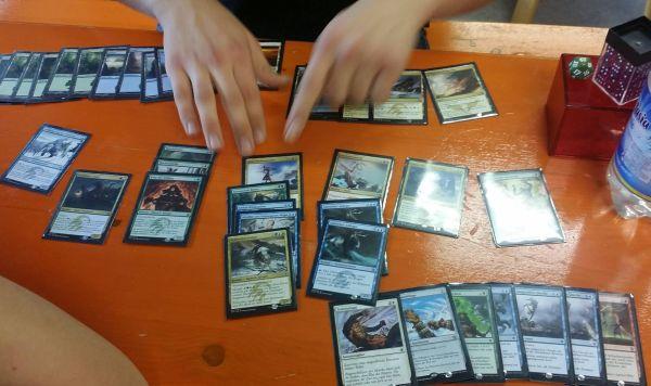 Ein Tisch voller Magic-Karten.