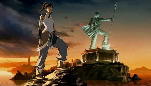 Eine junge Frau steht auf einem Felsen, im Hintergrund steht auf einem Felsen eine gewaltige Statue eines Mannes mit einem Stab. Beide haben das linke Bein angewinkelt und sehen nach rechts.