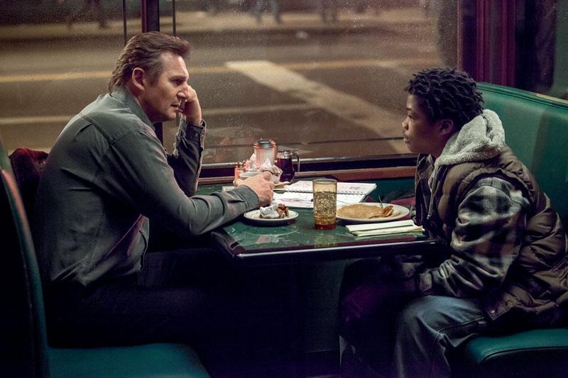 Szenenbild aus Ruhet in Frieden: Ein älterer Weißer und ein junger Schwarzer sitzen sich in einem amerikanischen Diner gegenüber.