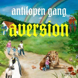 Cover von Antilopen Gang Aversion. Ein Regenbogen über grünen Wiesen, ein kleines Kind kuschelt mit einem Löwen, eine Familie aus Schwarz und  Weiß  geht spazieren, ein Pinguin kuschelt mit einem Lamm.