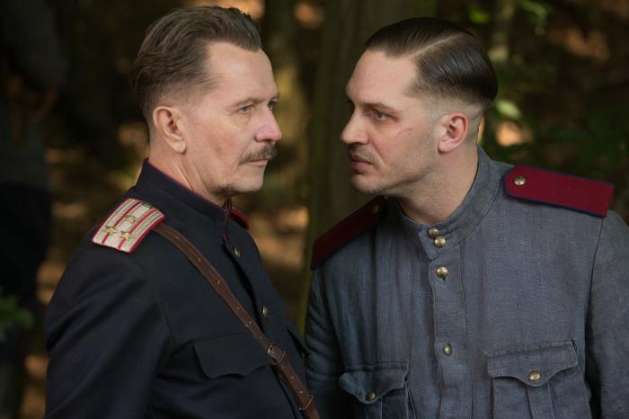 Zwei Männer in Uniformen der Roten Armee.
