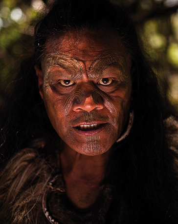 Ein zornig aussehneder Maori-Mann mit typischer Gesichtstätowierung.