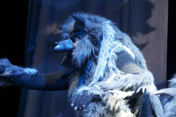 Szenenfoto: Mann im Wolfspelz beim Yakari-Musical.