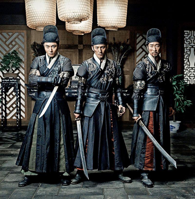 Drei Männer in schwarzer chinesischer Kleidung des 17. Jahrhunderts, alle tragen Schwerter.