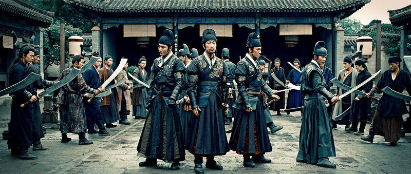 Vier chinesiche Schwertkämpfer sehen sich von Gegnern umringt.