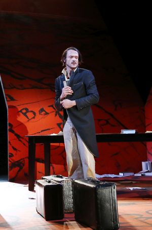 Thomas Braus als Friedrich Engels im Gehrock mit gepackten Koffern