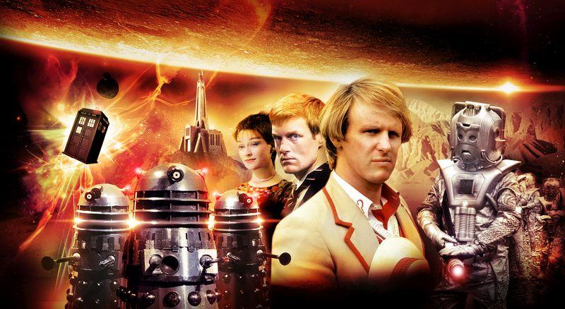 Der fünfte Doktor und seine Gefährten, umgeben von Planetenbildern, der schwebenden Tardis, Daleks und Cybermen.
