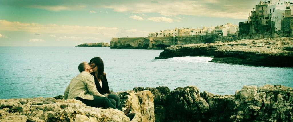 Szene aus Spring: Ein Mann und eine Frau küssen sich am Meer.