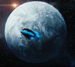 Ein grau-blauer Planet, davor ein Raumschiff.