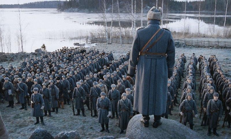 Um die 200 finnischen Soldaten stehen in Uniformen vor ihrem Befehlshaber stramm.