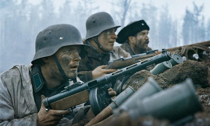Szenenbild aus Winterkrieg: Finnische Soldaten mit Stahlhelmen liegen im Schützengraben