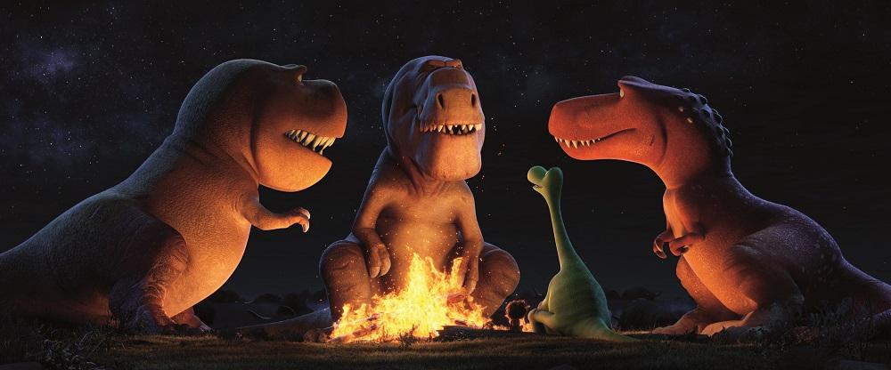 Drei mächtige Tyrannosaurier sitzen an einem Lagerfeuer. Unter ihnen ein Sauropode.