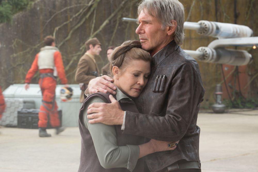Szene aus Star Wars: Das Erwachen der Macht: Han Solo und Leia umarmen sich.