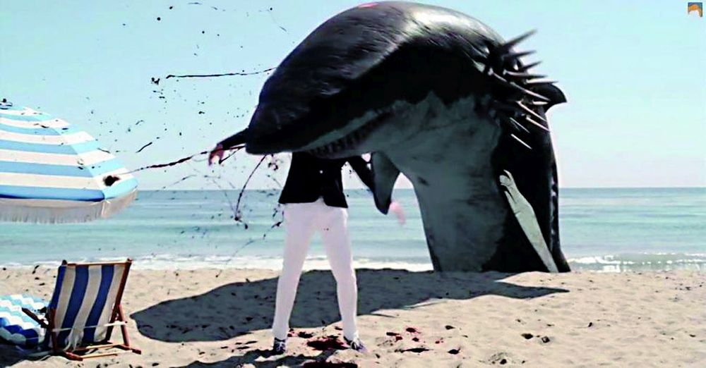 Ein Haimonster beißt einem Strandbesucher den Kopf ab.