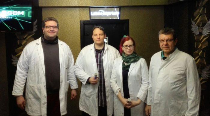 Drei Männer und eine Frau in weißen Kitteln.