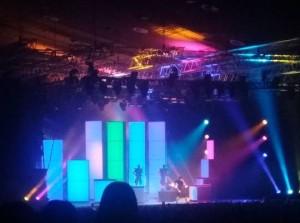 Deichkind-Bühnenshow: Viele bunt leuchtende Säulen, davor schemenhaft die Musiker.