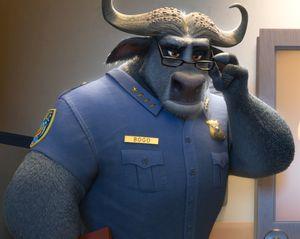Ein Schwarzbüffel in Polizeiuniform.
