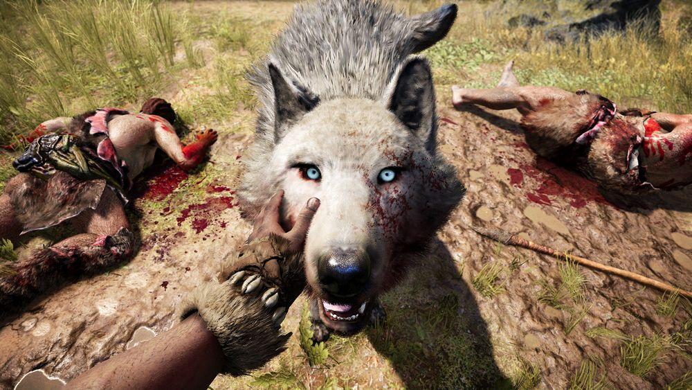 Ein Weisswolf in Far Cry Primal schaut zu einem auf, während man ihn als Spielfigur Takkar streichelt. Neben ihm liegen zwei blutüberströmte tote Höhlenmenschen.