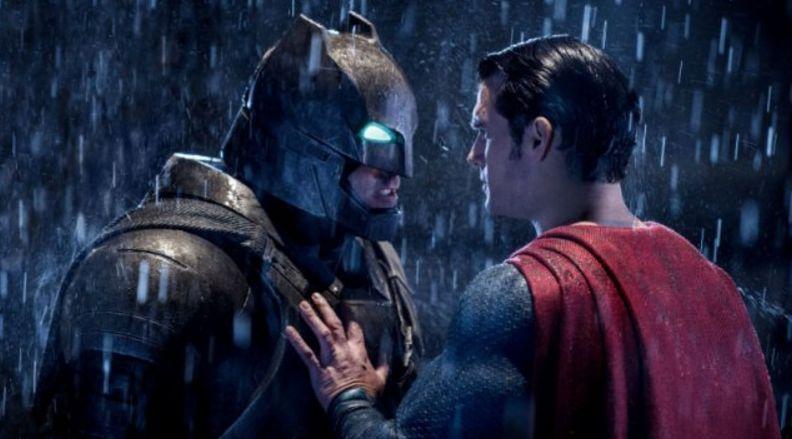 Batman und Superman stehen sich im strömenden Regen gegenüber.