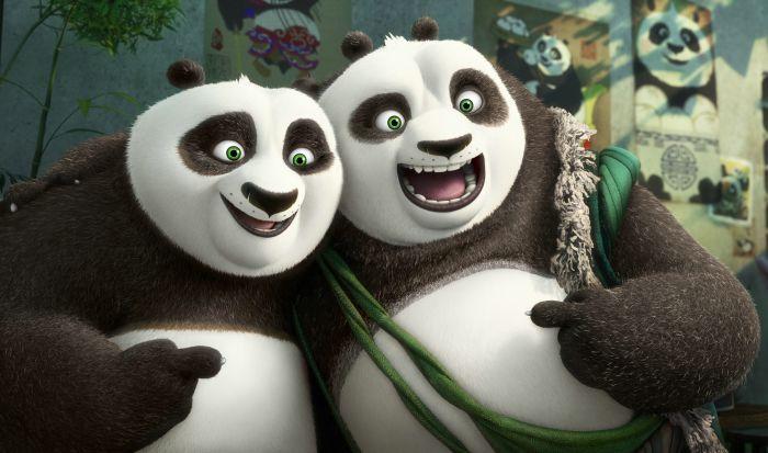 Szene aus Kung Fu Panda 3: Zwei Pandas, Po und Li, grinsen um die Wette.