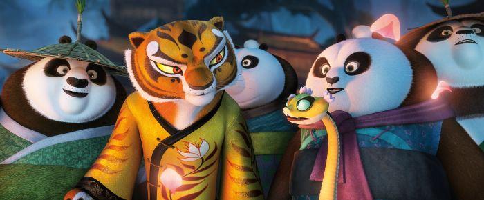 Szene aus Kung Fu Panda 3: Mehrere anthropomorphe Tiere, die Kleidung wie aus dem alten China tragen. Eine Tigerin und eine Viper, umgeben von Pandas.